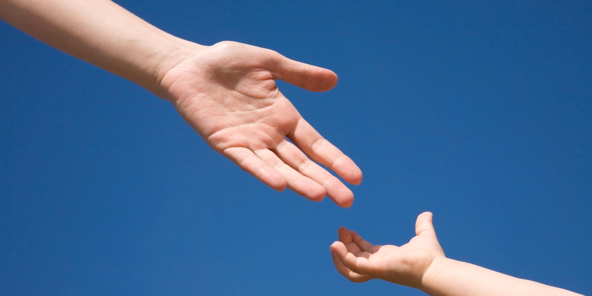 Фото рука тянется за ребенком
